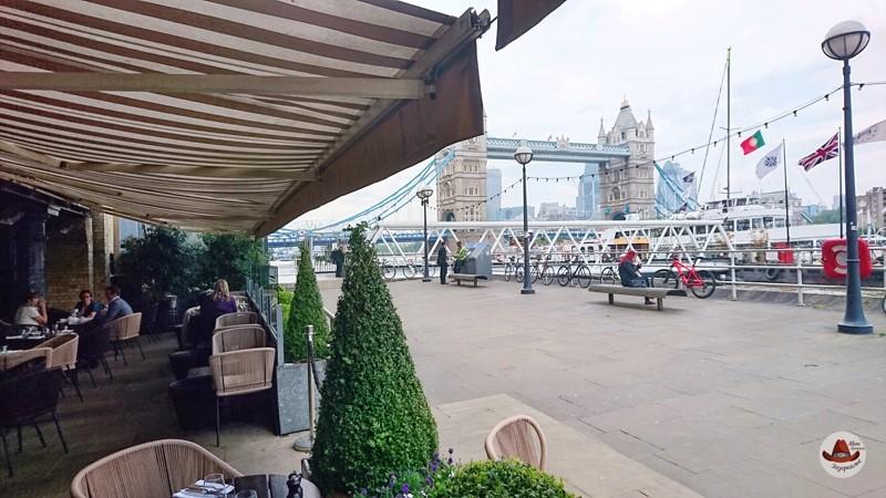 Вид на Тауэрский мост с одного из ресторанов..