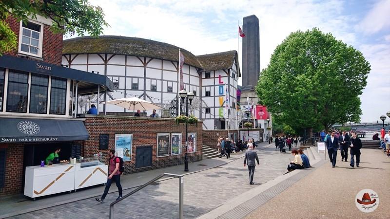 Рядом с театром Глобус работает тематических парк-музей.И набережная Темзы, разумеется.