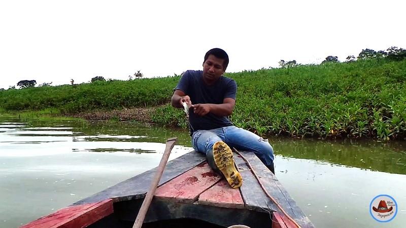 Карлос рассказывает о ядовитых плавниках пойманного сомика