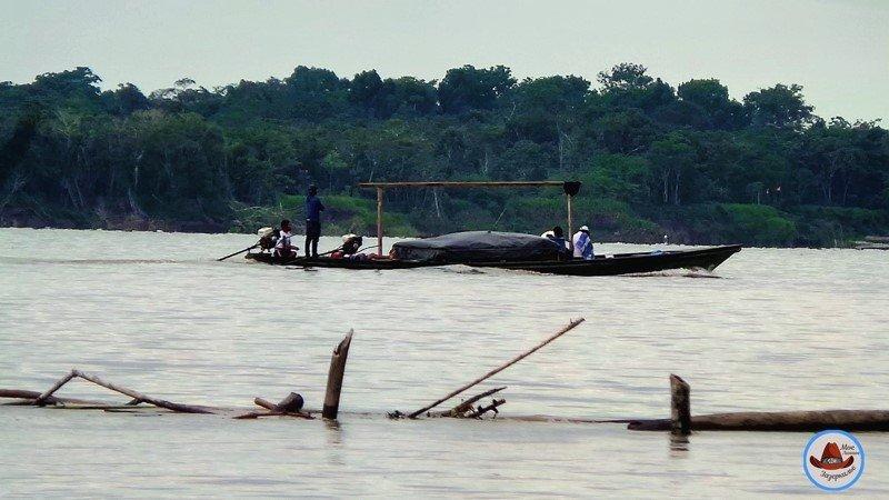 Местная лодка посреди Амазонки.Груженная до отвала..