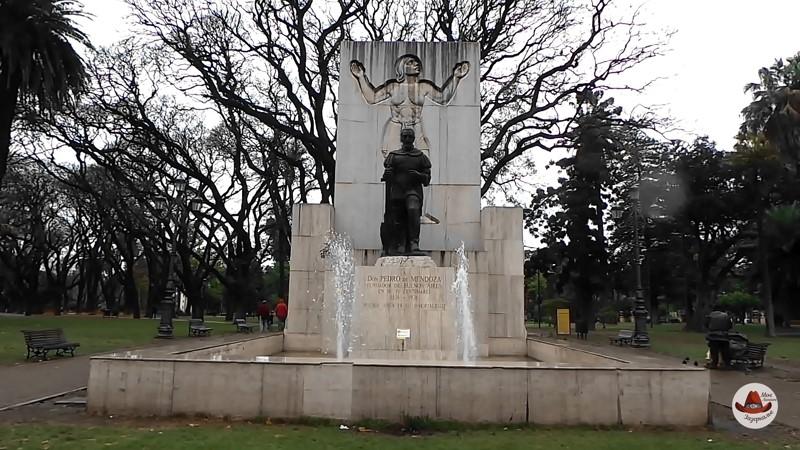 Памятник Мендосе в Буэнос Айресе.