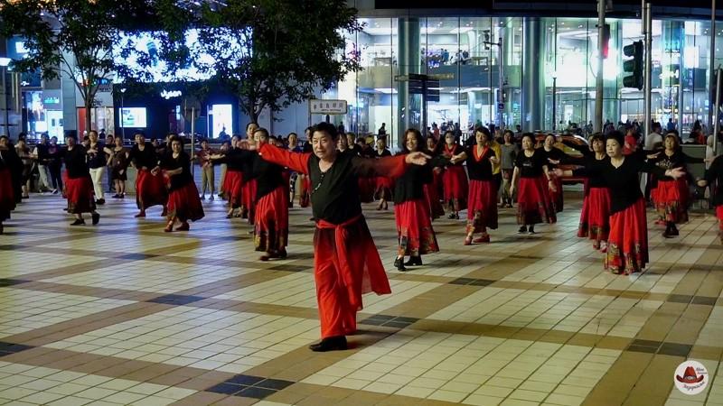 Вечерние танцы на одной из центральных улиц Пекина.