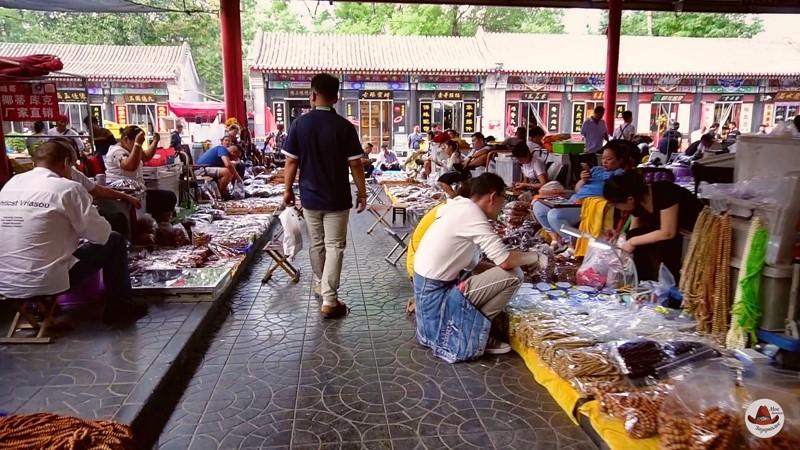 Рынок старины в Пекине.Ряды с торговцами.