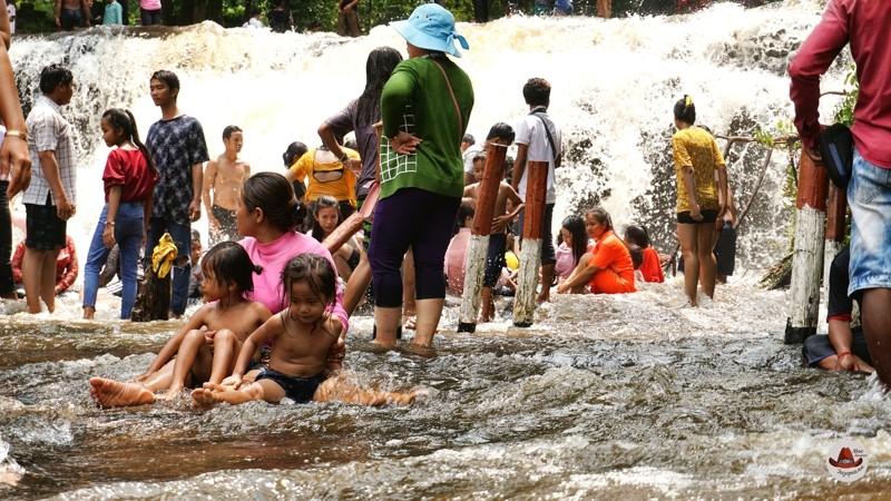В водопадах купаются вместе с детьми