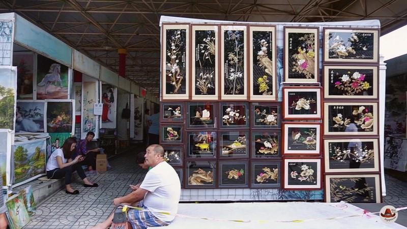 Ряды с картинами .Очень много китайской тематики. Встречаются очень достойные работы.