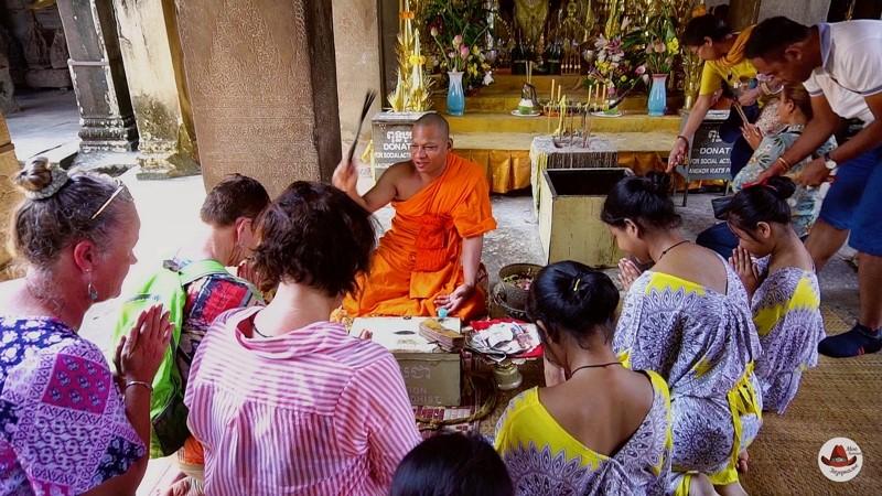 Буддисты в храме Вишну.Мне до сих пор это не понятно.