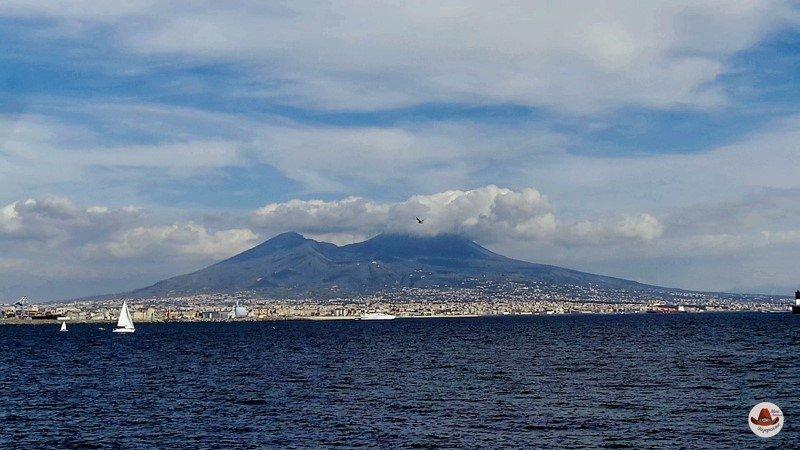 Вид на Везувий с набережной Неаполя.